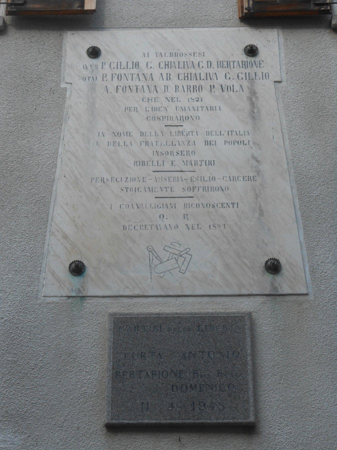 Vico Canavese, lapidi sulla facciata del municipio