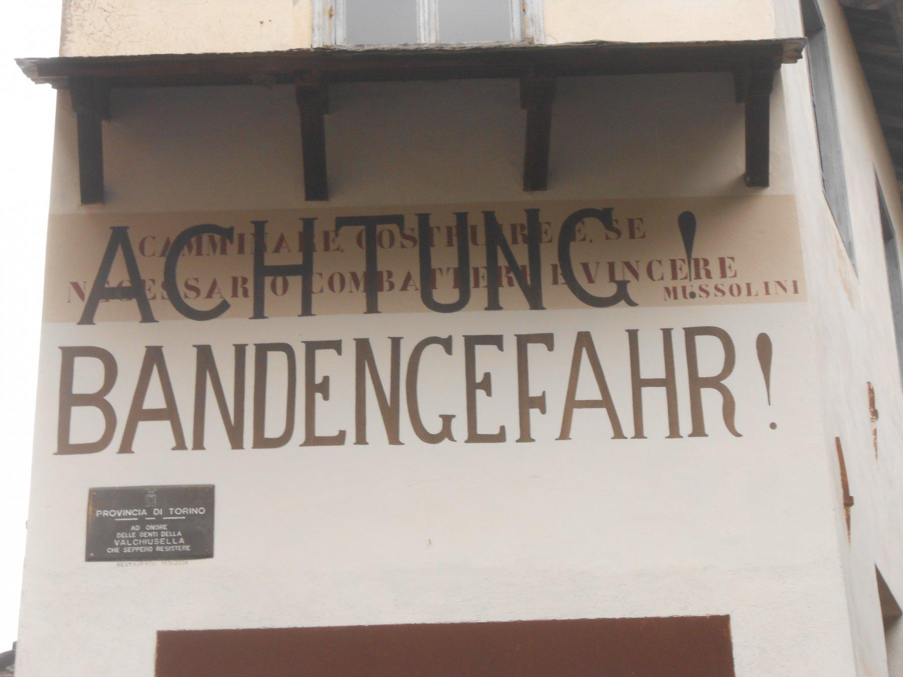 Traversella, scritta su un muro all'ingresso del paese