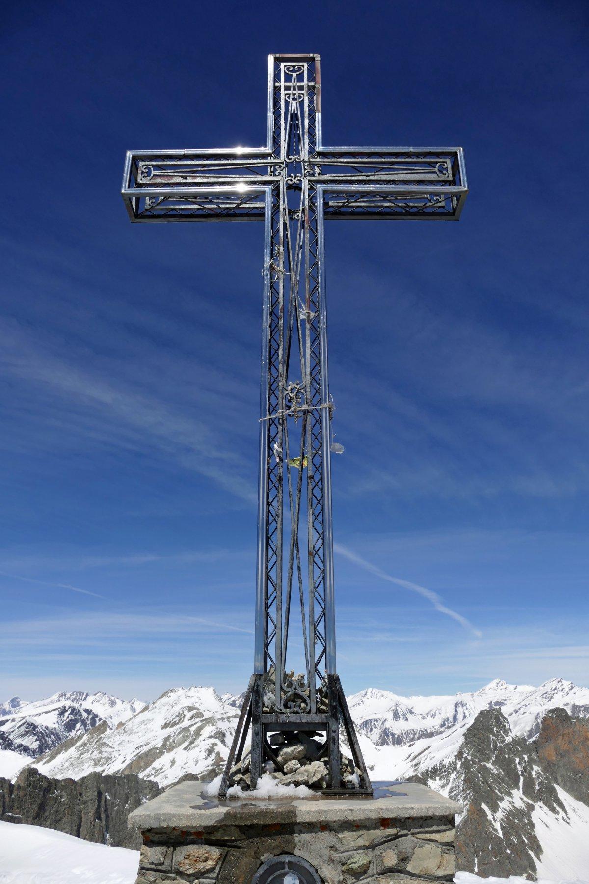 L' enorme croce di vetta