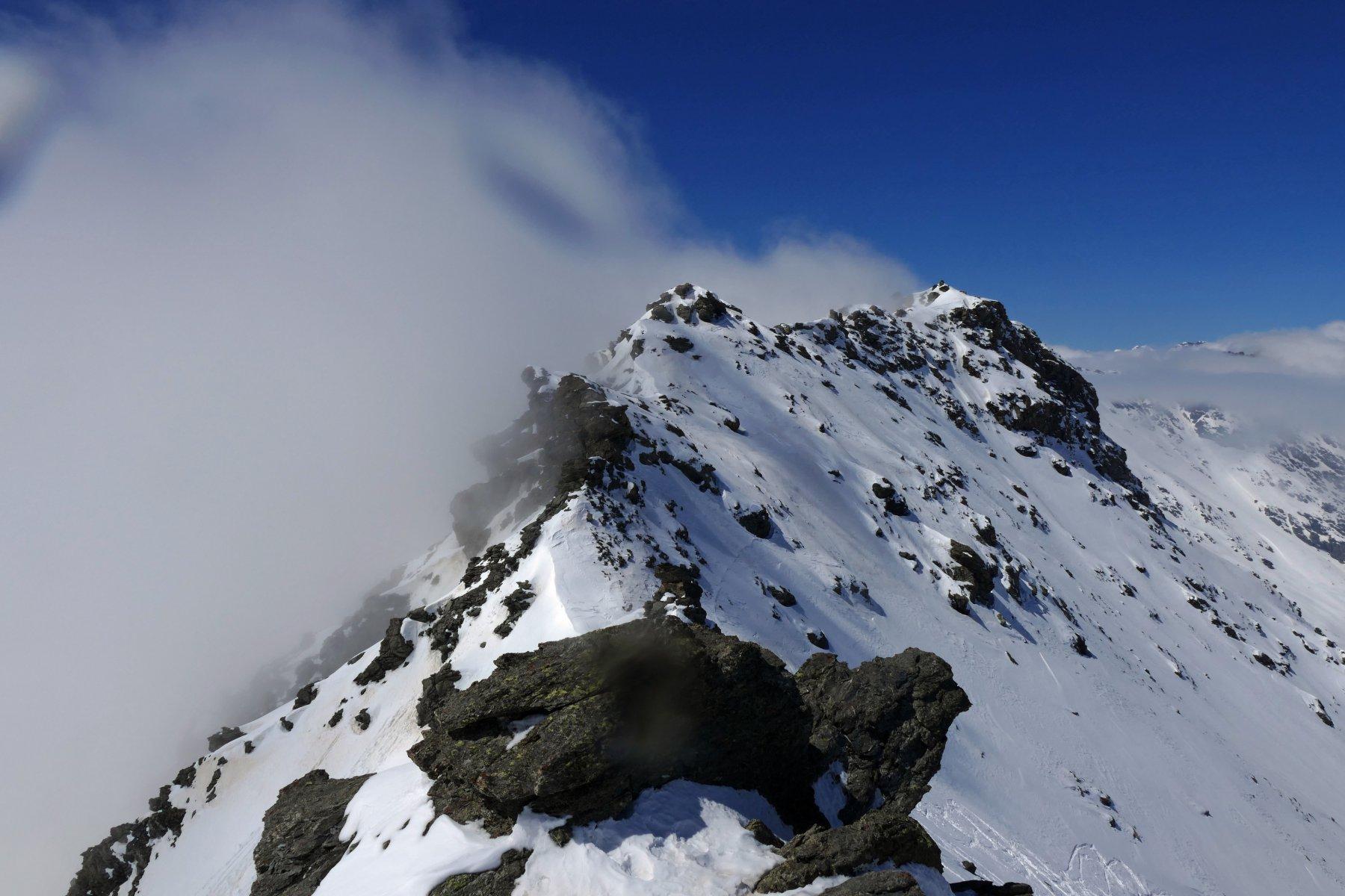 La cresta che porta alla punta Valfredda e le nubi incombenti