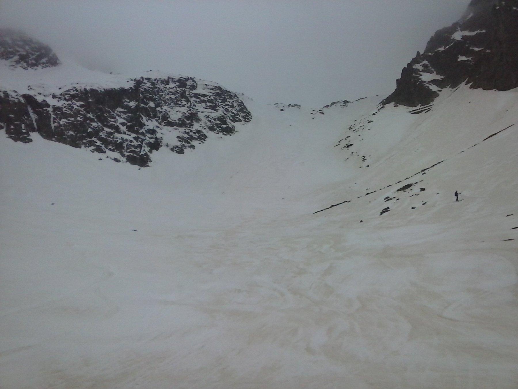 in discesa su bella neve...parte alta ormai tutta chiusa da nuvole.