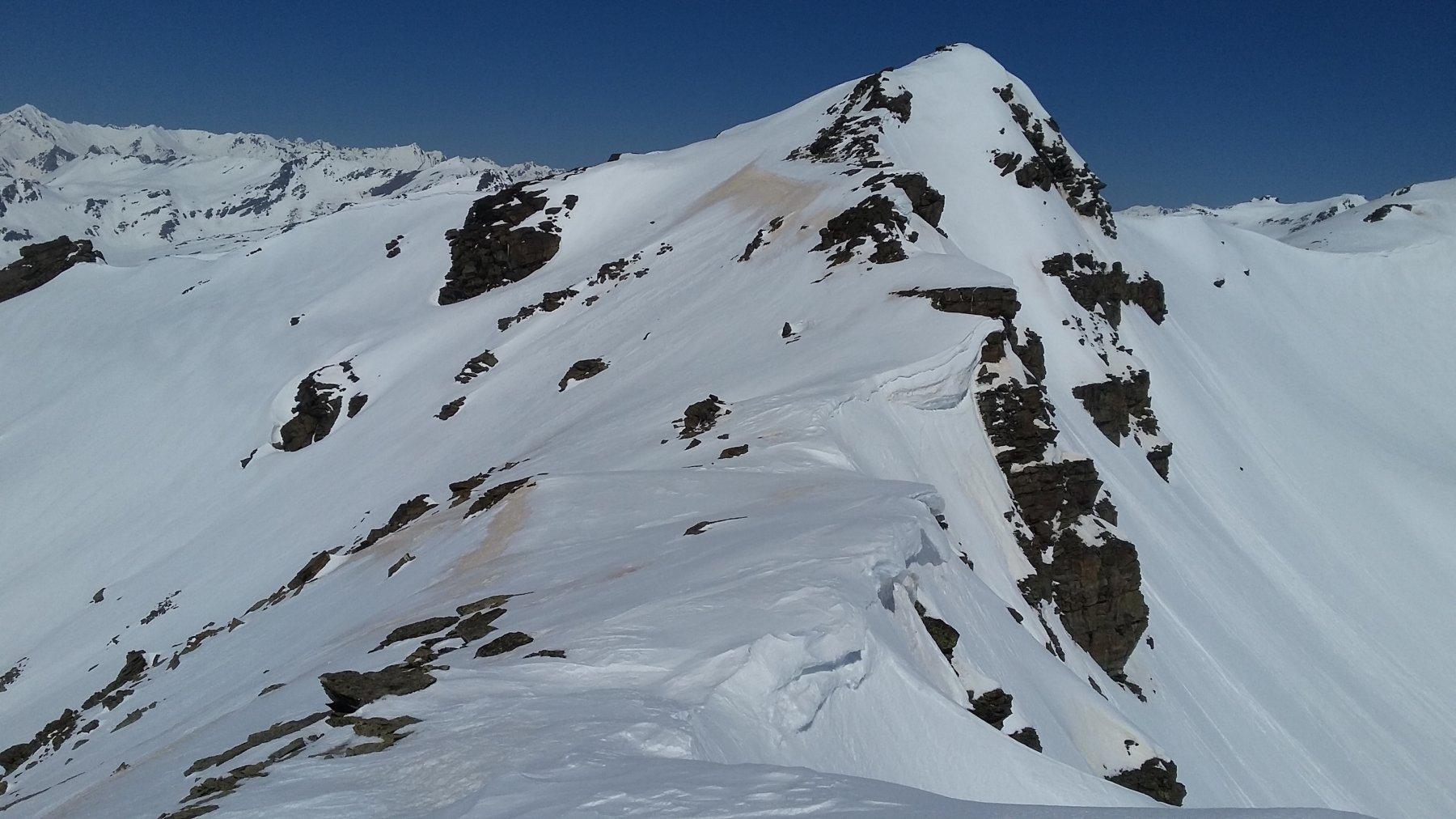 La cresta che porta ai bei pendii discesi