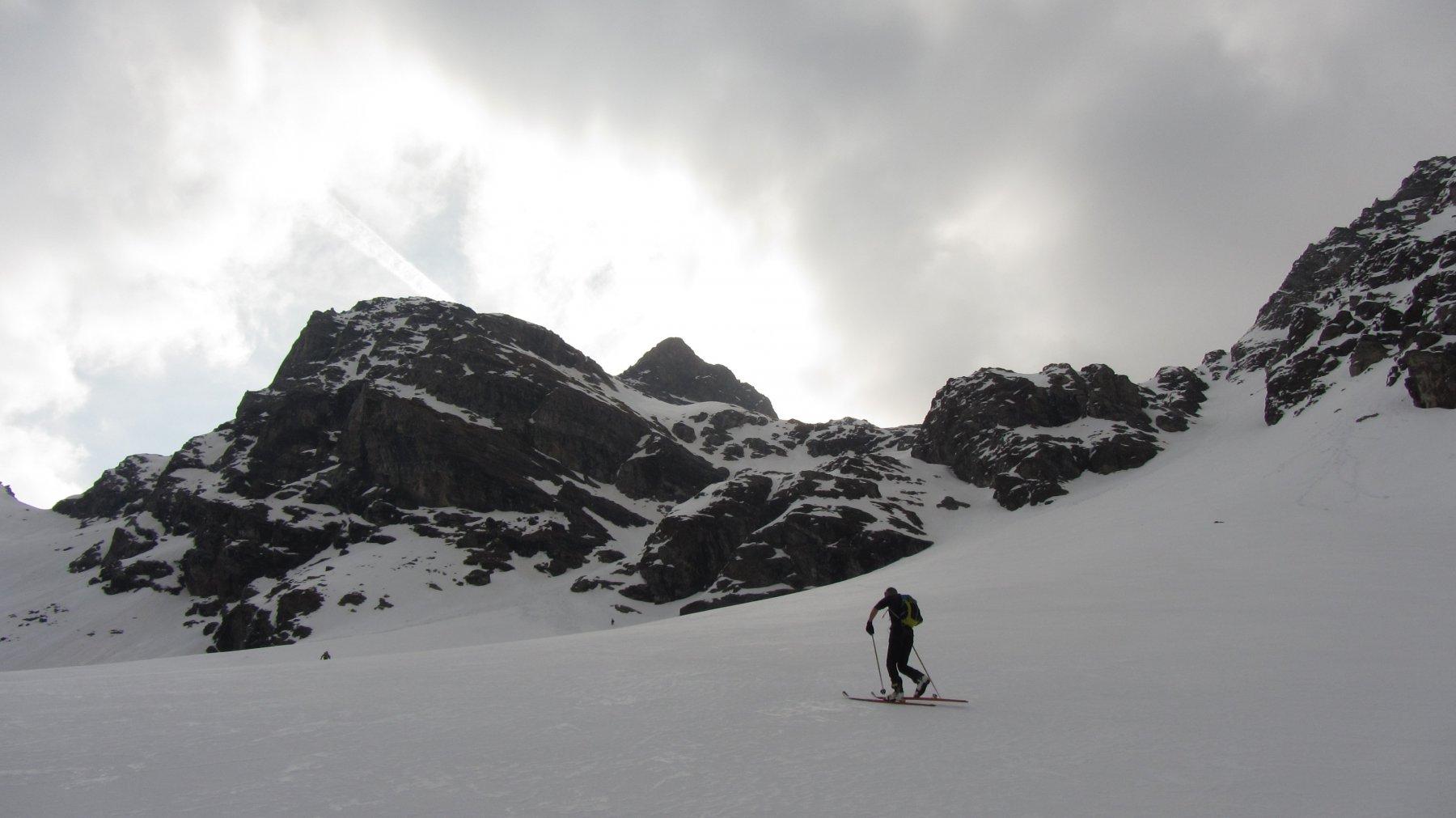 In salita nei pressi del bivacco prima di intraprendere il canale di sinistra che conduce sul ghiacciaio di Luseney
