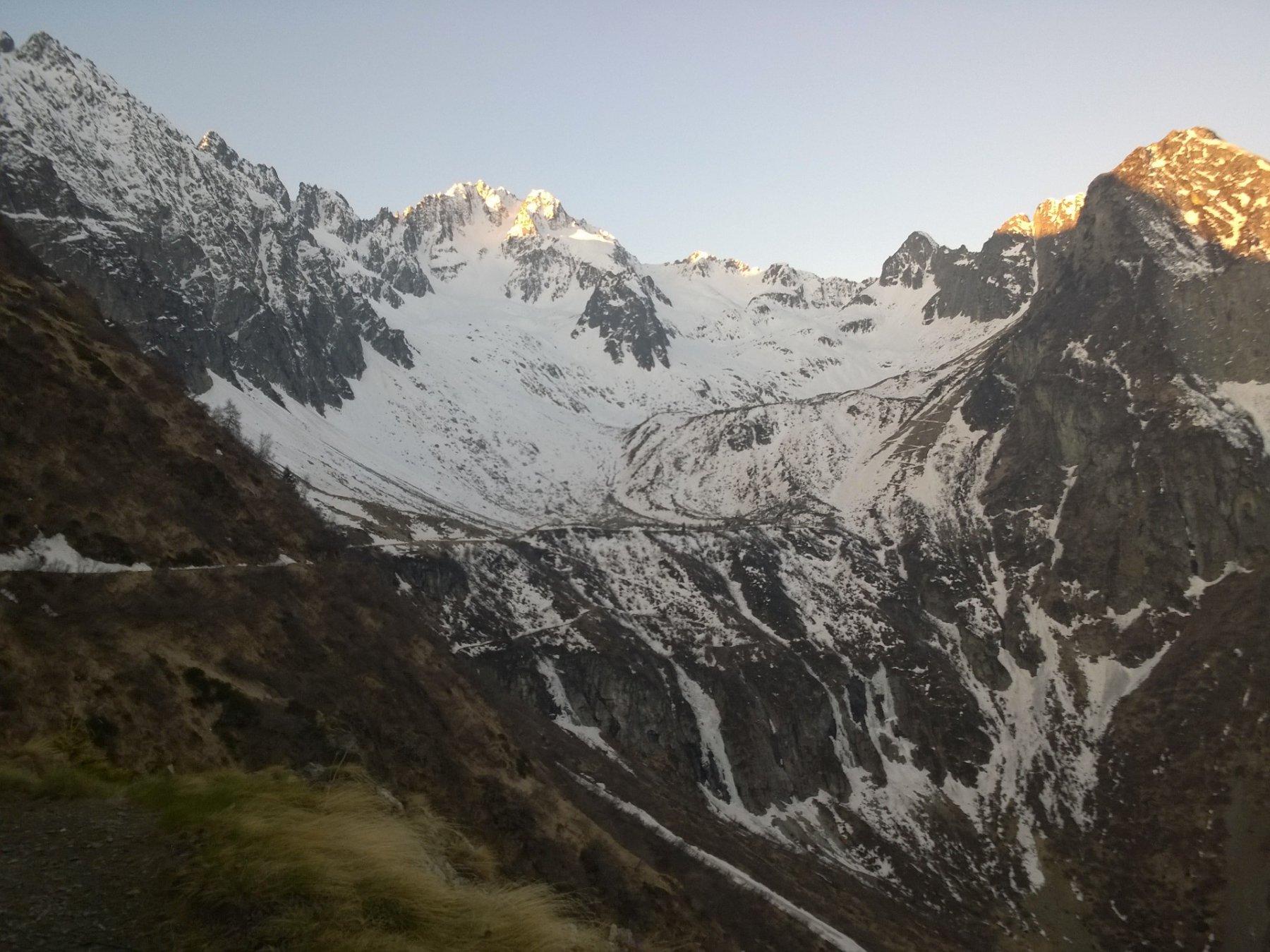 Vista dell'itinerario dal sentiero verso la conca di Pozzuolo