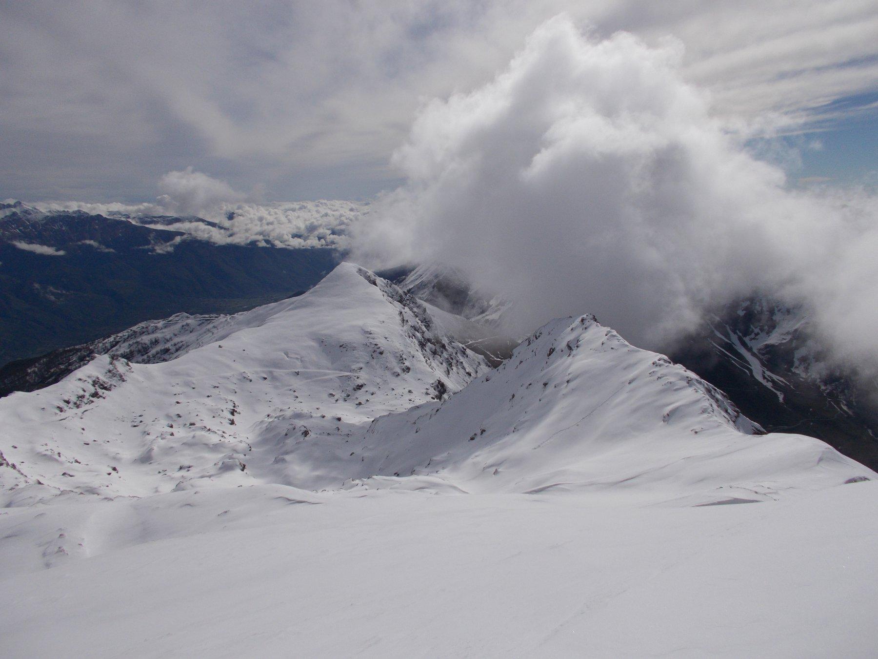 nuvole s'addensano tra la cima e il Pintas..