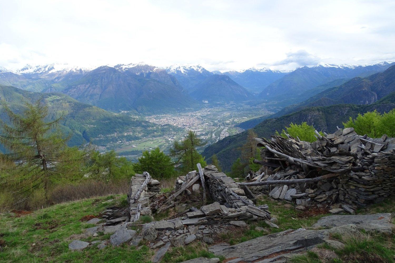 verso il fondovalle dai ruderi dell'Alpe Giogh