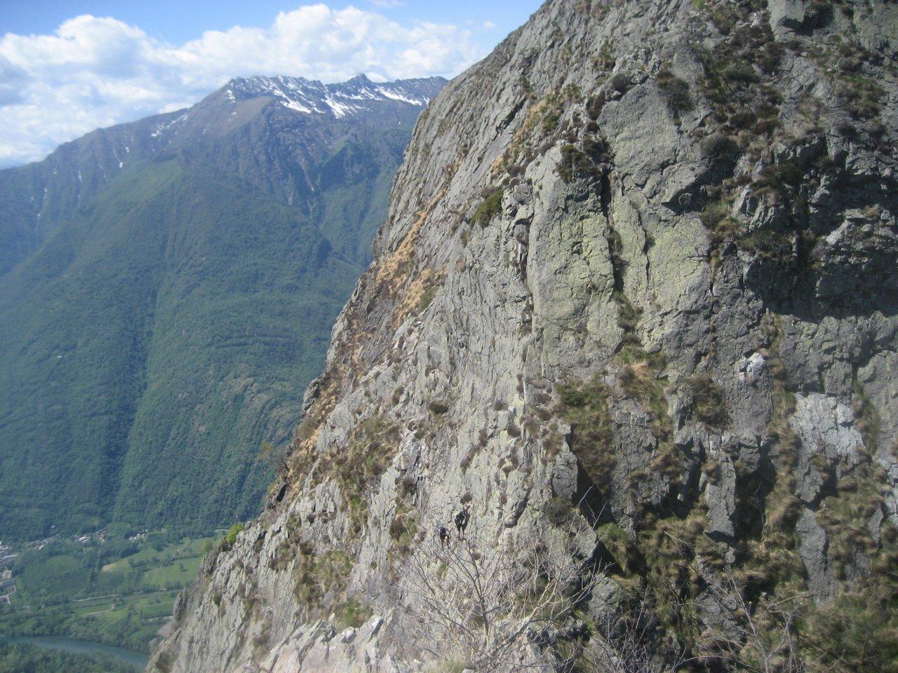 traverso -con due alpinisti in discesa- sulla placconata sotto la cima