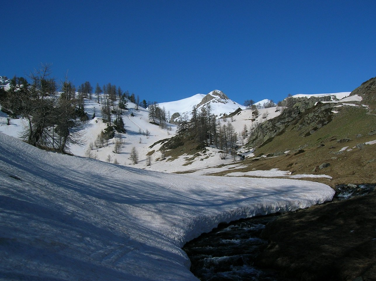 neve continua in prossimità del rifugio
