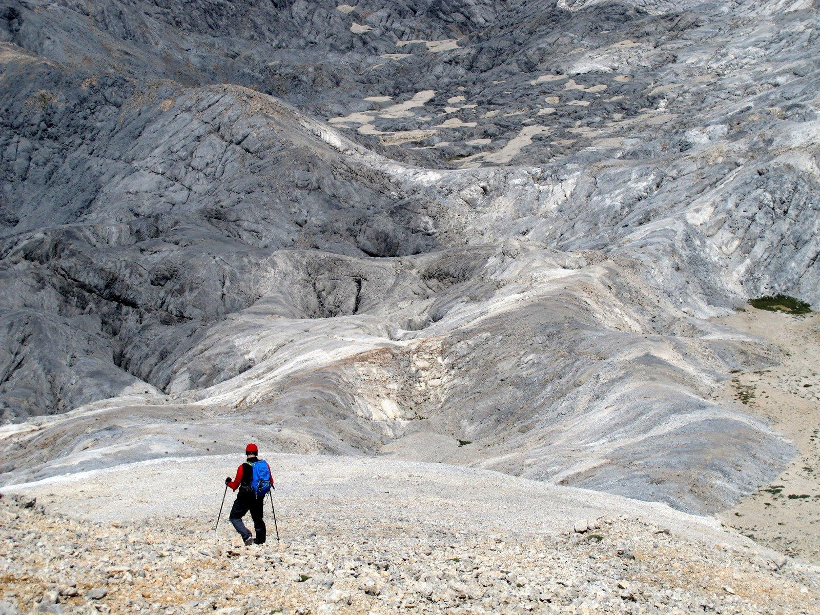 Scendendo verso la valle di Mavri Lakki.