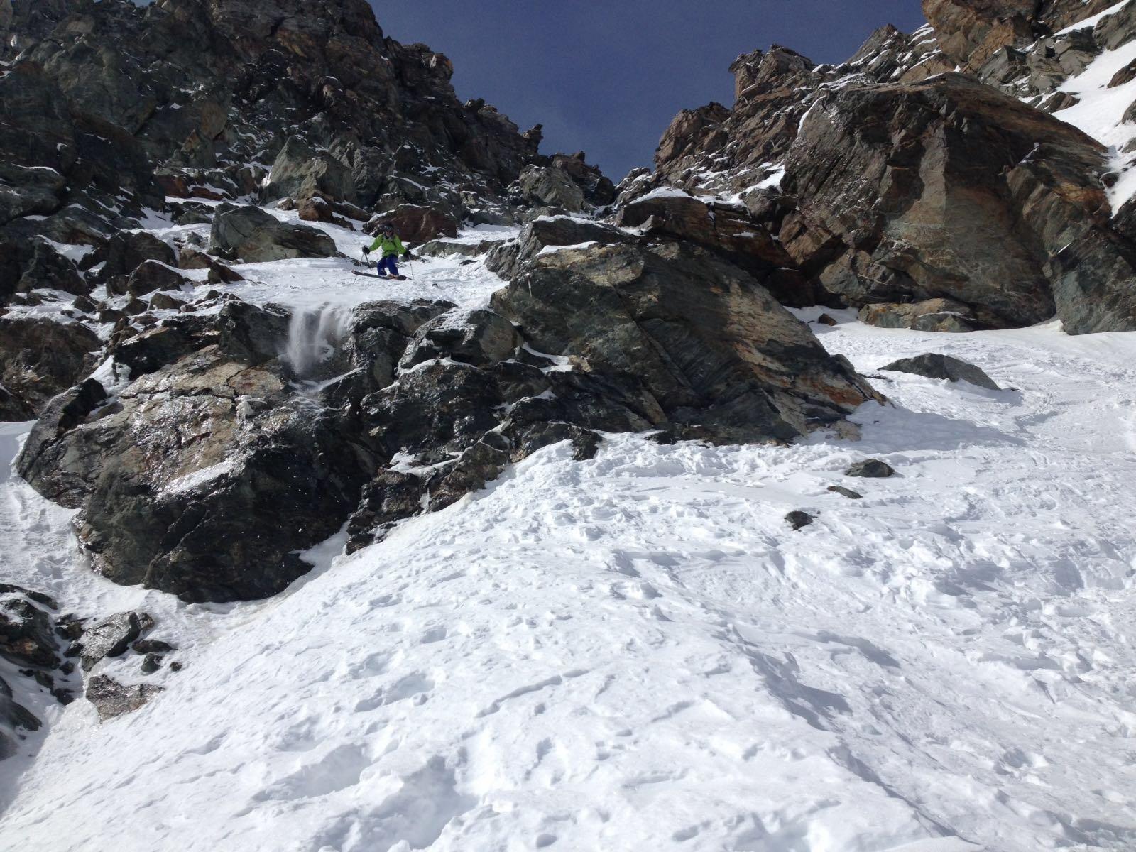 Ski de rochers sopra la corda molle