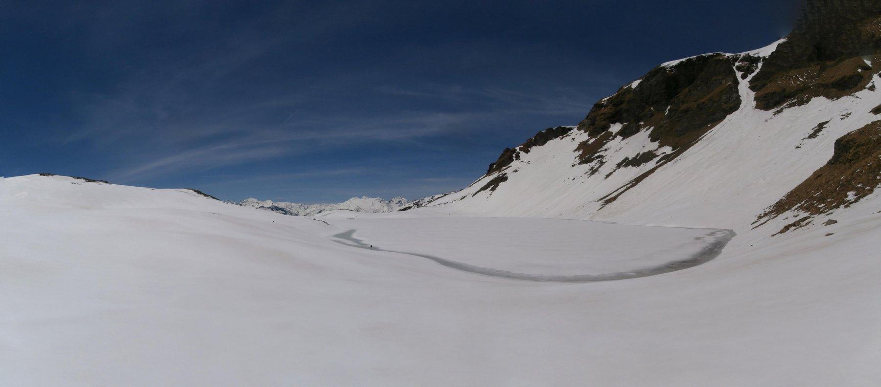 l'arrivo al lago ancora gelato ma visibile..panorami estesi  ...