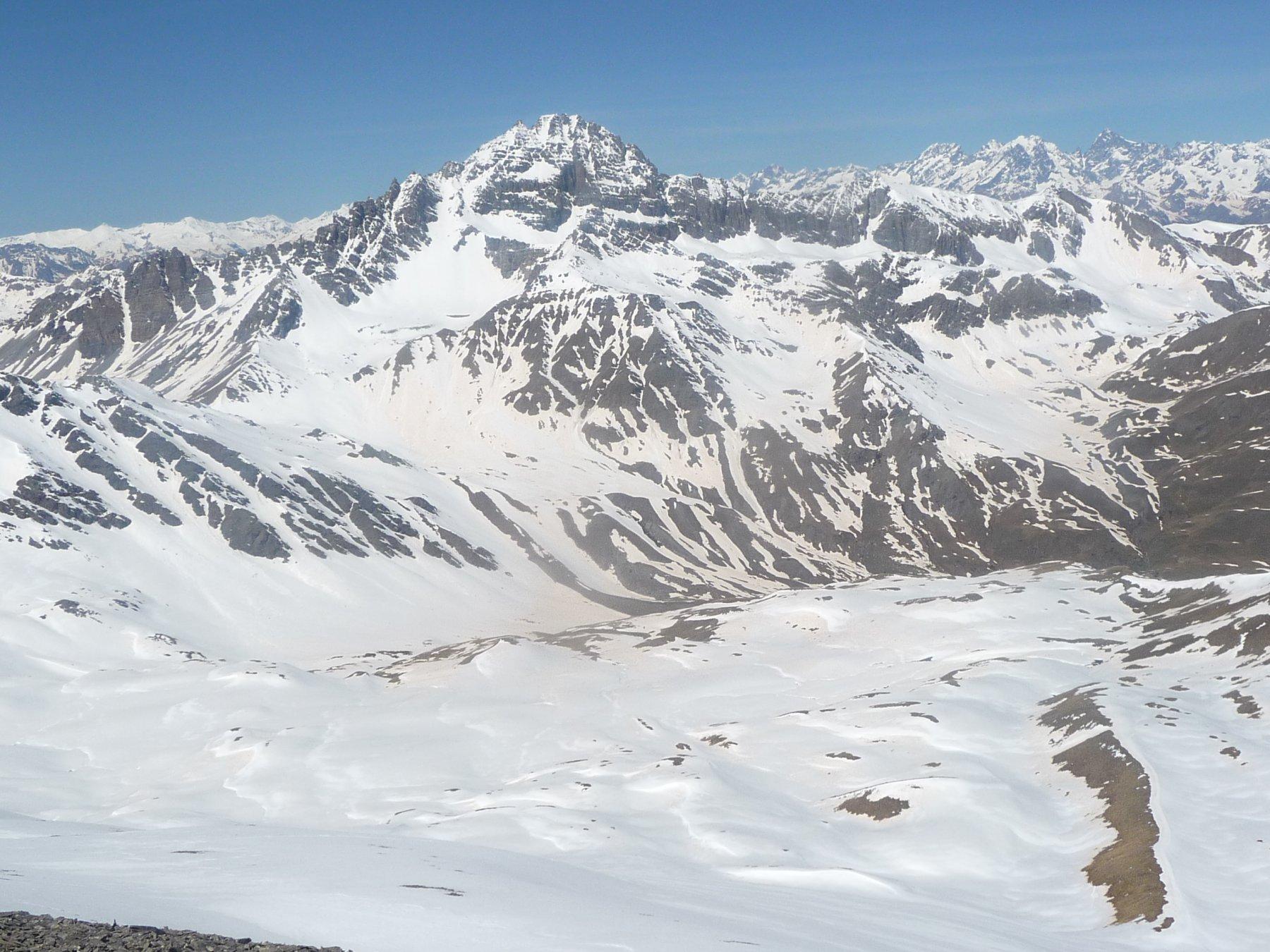 dalla cima l'anfiteatro mammellonato a 2600 metri e sullo sfondo il Pic de Rochebrune