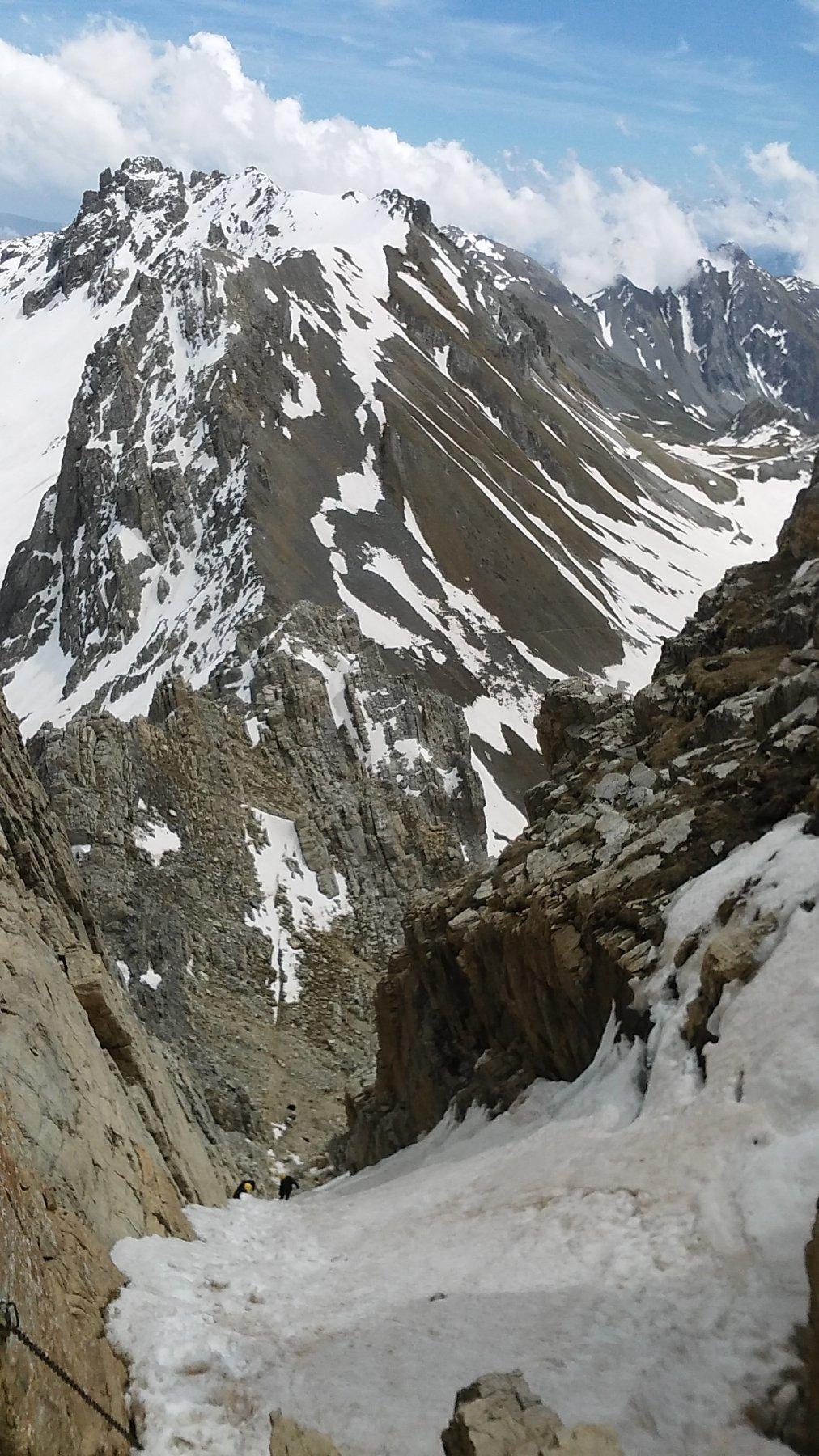 la parte bassa del canalino finale e, sullo sfondo, la cresta