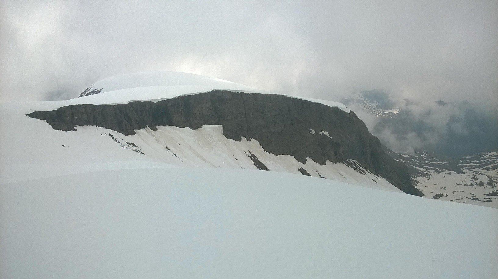 La bastionata rocciosa superata per tentare di raggiungere l'Asgelas