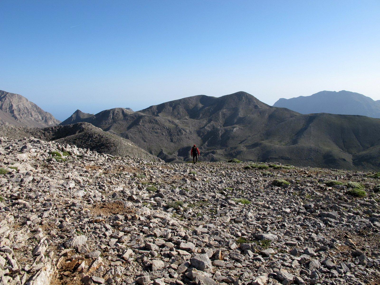 Arrivando sul Piroù Limni con il Petradé sullo sfondo.