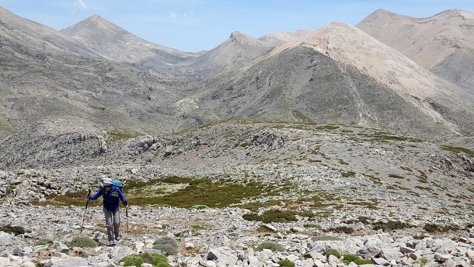 La risalita al Petradé, da sx a dx Mesa Soros, Zouridia con la cresta che porta alle Sternes, Modaki e Bournelos