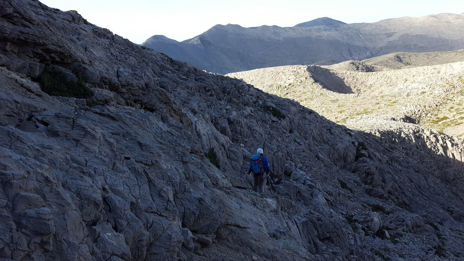 Il traverso che riporta ai bordi del pendio di discesa nella valletta per il Mitato Kakoperato.