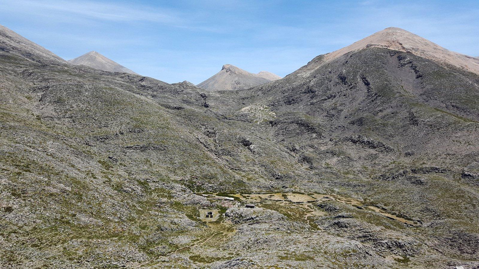 Il pianoro di Katsiveli, a dx il Modaki, in centro lo Zouridia, a sx Mesa Soros.