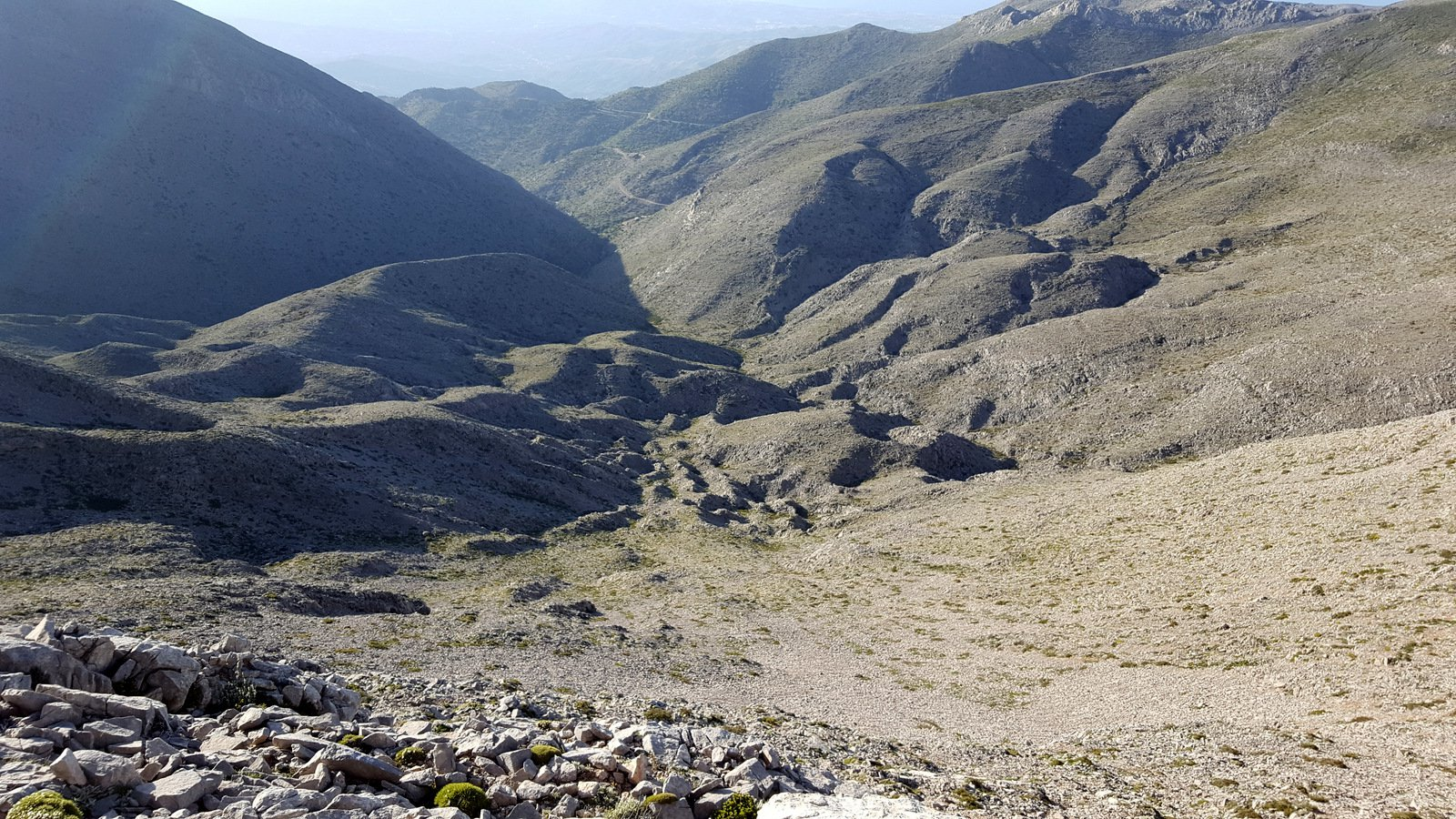 La valle di rientro al Mitato Kakoperato, in fondo la sterrata di accesso al mitato.