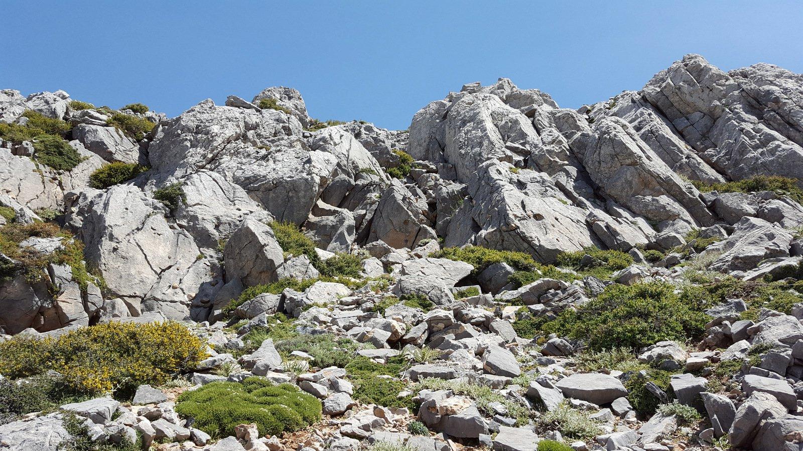 La barriera di grandi massi da oltrepassare per scendere al Mitato Piroù.