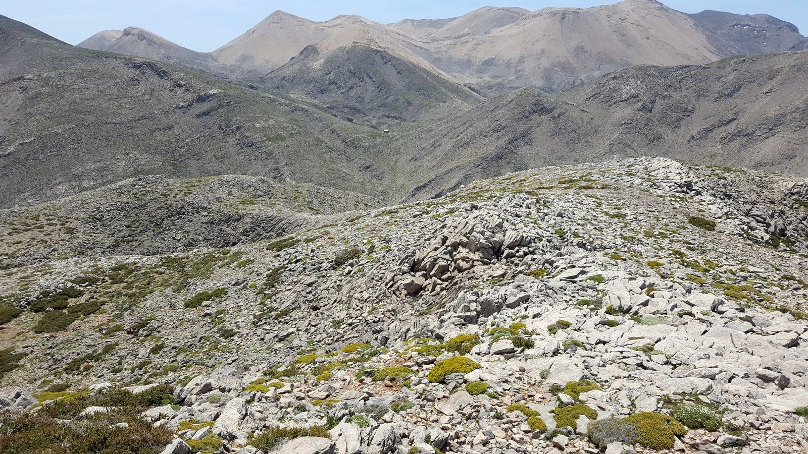 La discesa dall'Anthropolithos verso il rifugio Katsiveli visibile a centro foto.