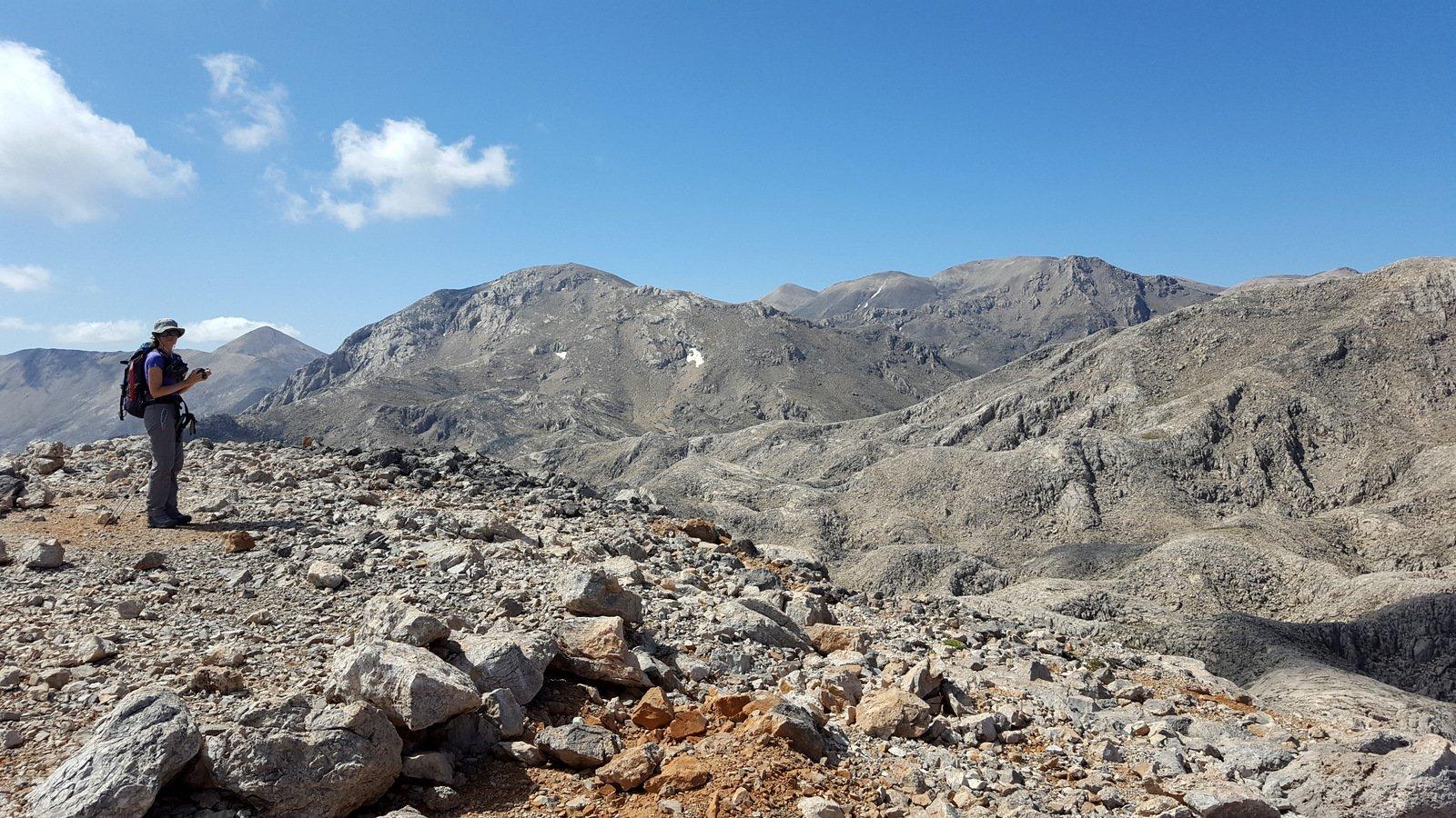 A centro foto l'Aghio Pnevma visto dalla cima dello Spathì.