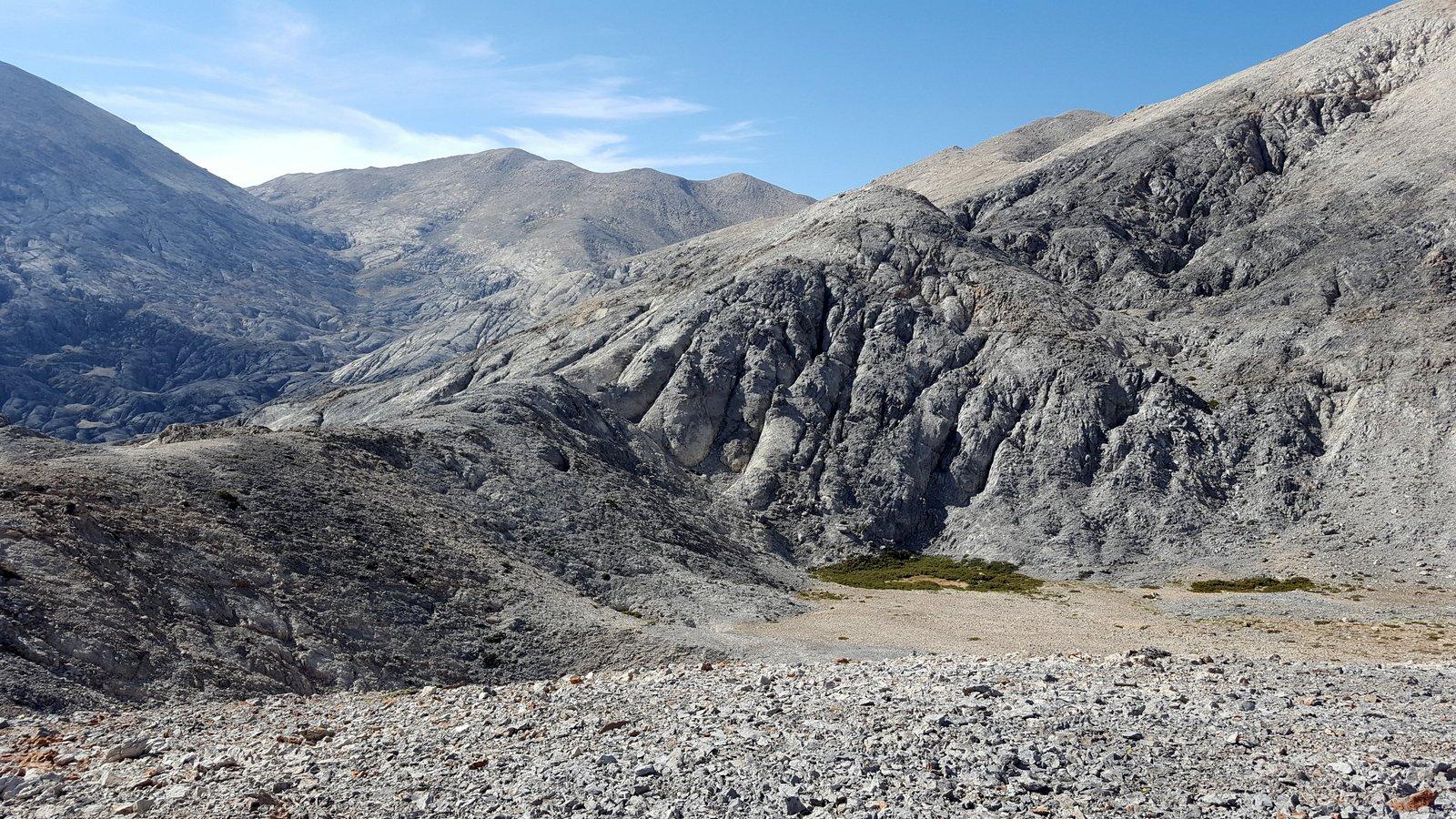 Il bordo della dolina da cui inizia l'ampio semicerchio dx-sx