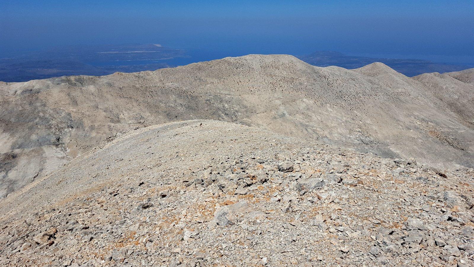 Parte della lunga cresta percorsa, sullo sfondo costa Nord