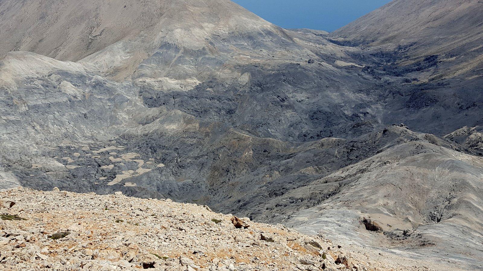 Scendendo verso Mavri Lakki, a centro foto la cresta da percorrere