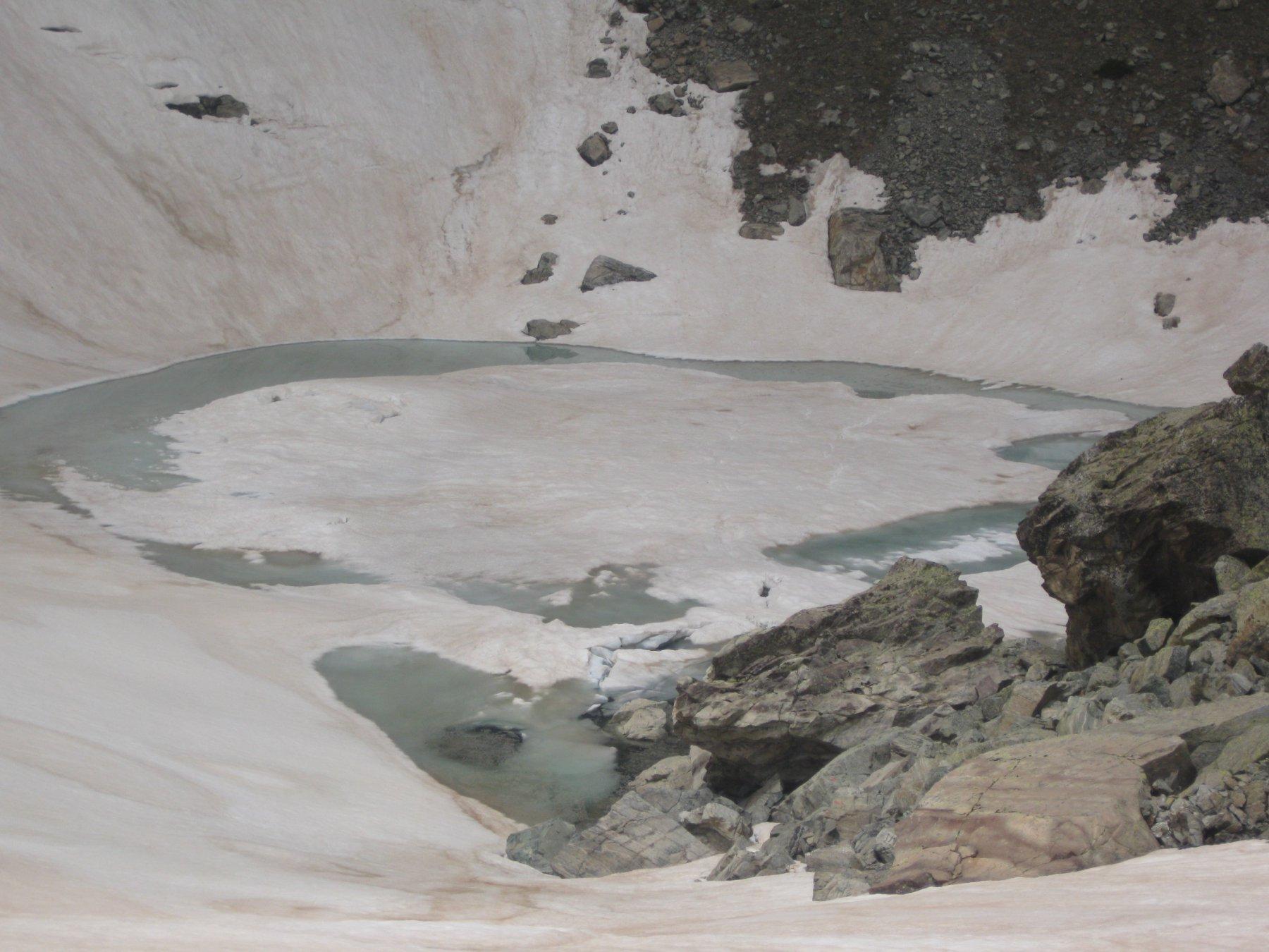 il lago dell' oro ancora ghiacciato