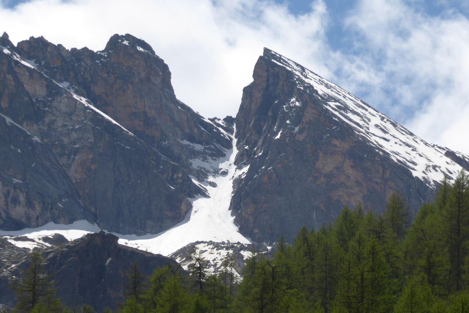 il canalino nord di rocca gialeo fra la rocca gialeo a sx e il pic des sagneres a dx, visto dal parcheggio al ritorno