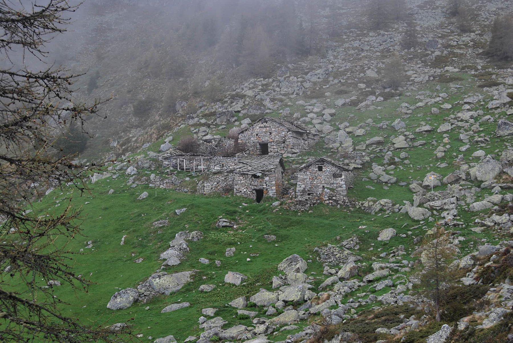 L'arrivo agli Alpeggi di Brison, dove inizia a piovere
