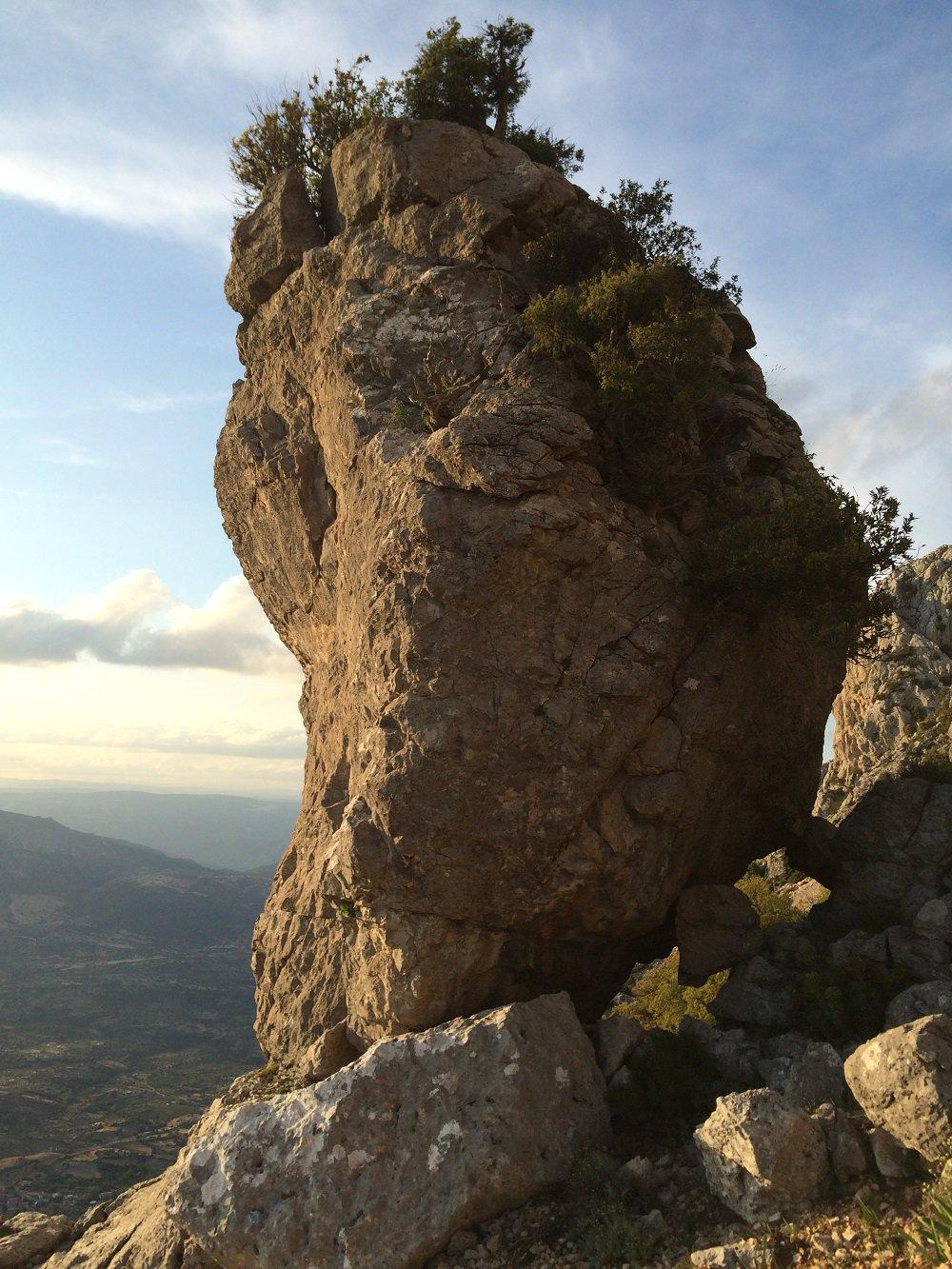 Il birillo di roccia in bilico sul pendio dove inizia il percorso di avvicinamento fuori pista