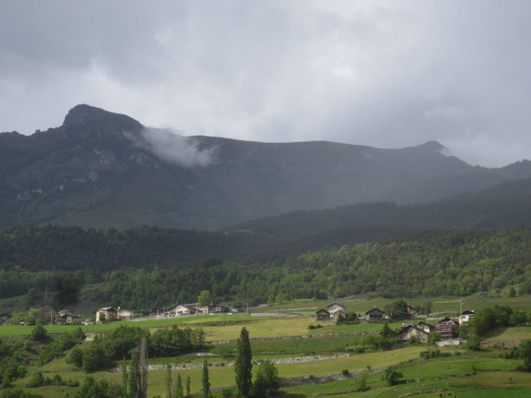 Sullo sfondo la becca d'Aver (a destra) e la cima Longhede (a sinistra) unite da una lunga cresta erbosa