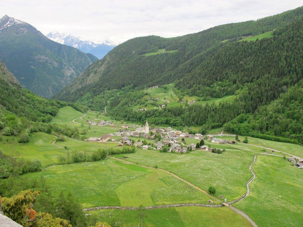 Ollomont e la strada rurale, che si imbocca dall'AV1 a sx per trovare il sentiero tematico.