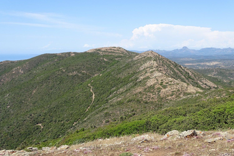 Punta Mumollonis e, in lontananza, il Monte Arcuentu