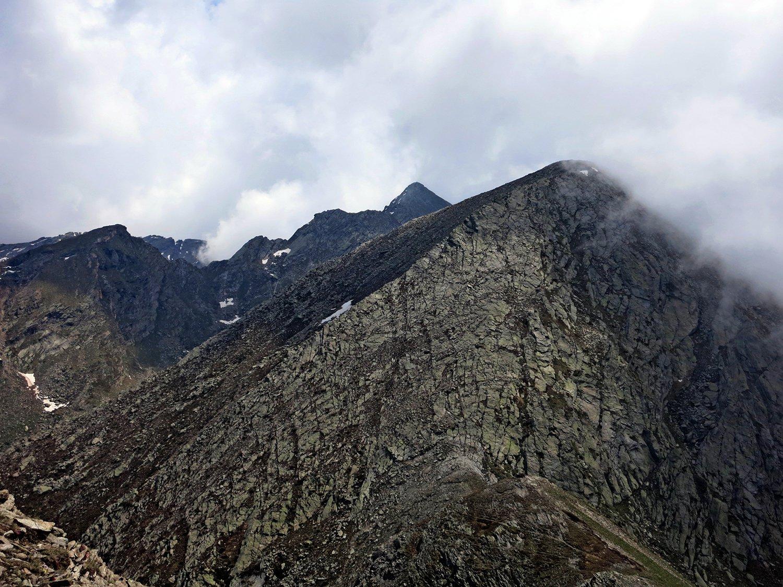 Il Cornour sbuca dietro il Monte Peigrò