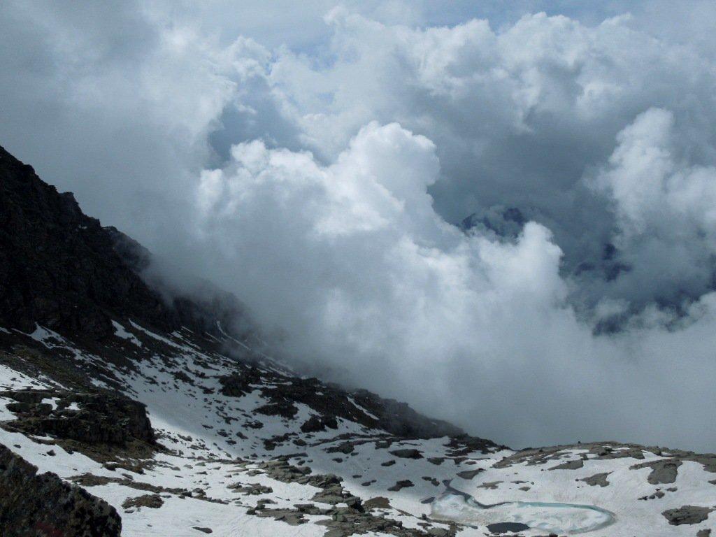 Nubi minacciose salgono dalla valle