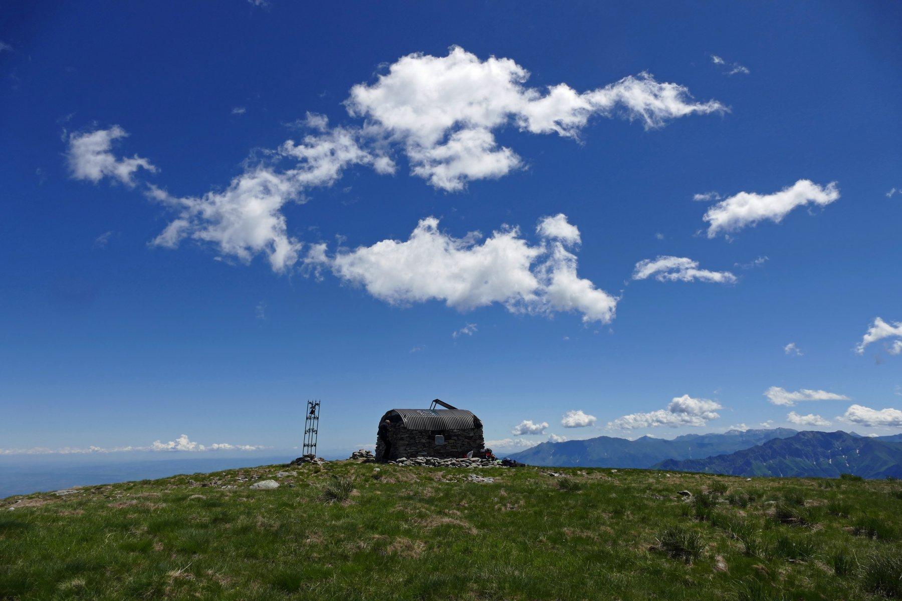 Il bivacco Groppo posto sulla cima del Bourel