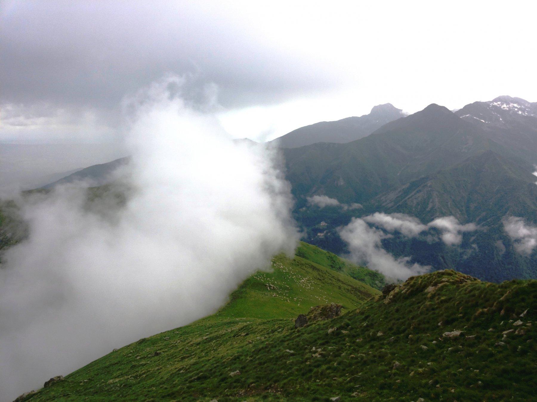 verso la Bassa del Campo, nubi in Valle Sessera