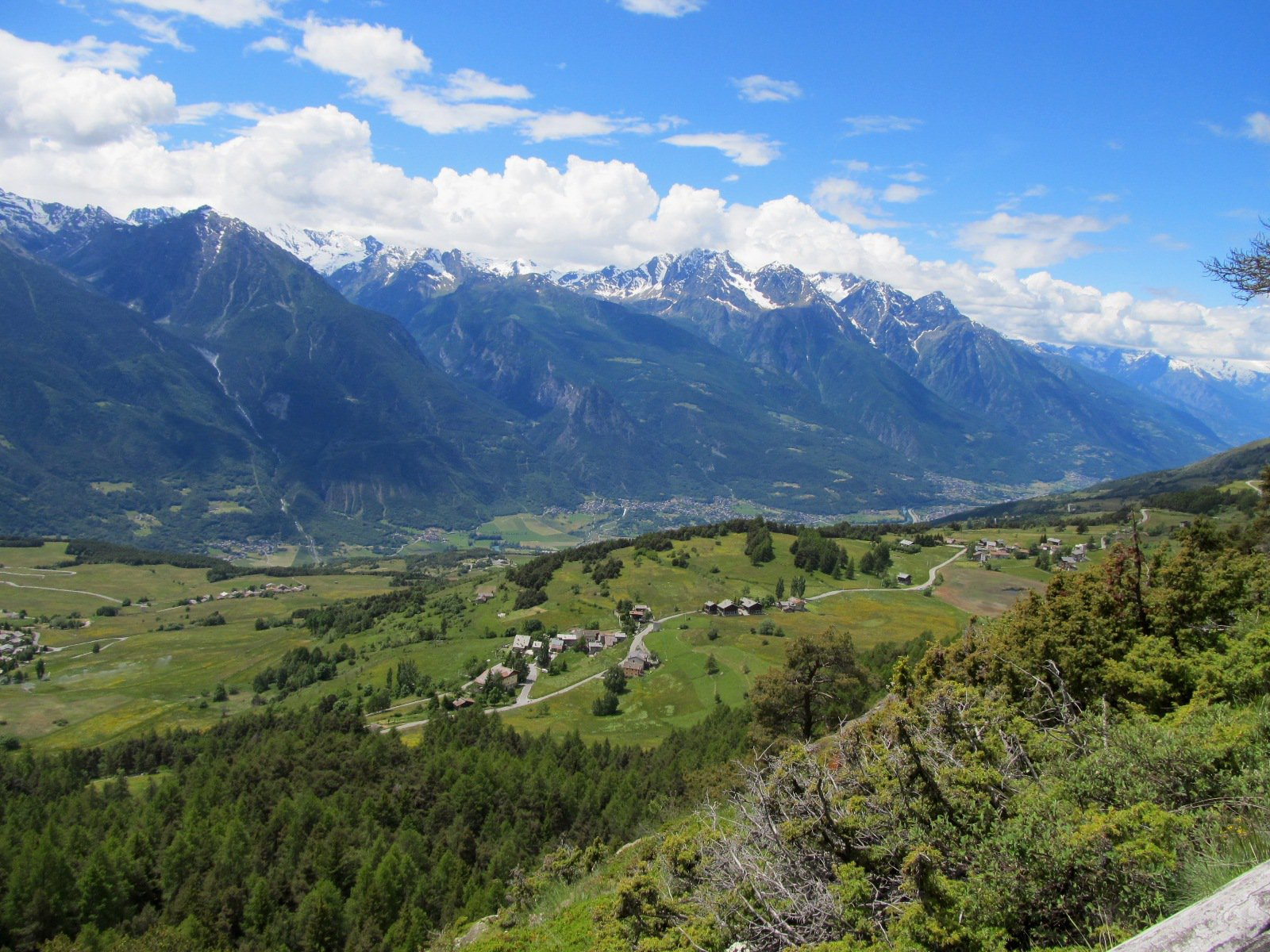 Dal col des Bornes verso Aosta, Emilius nelle nebbie.