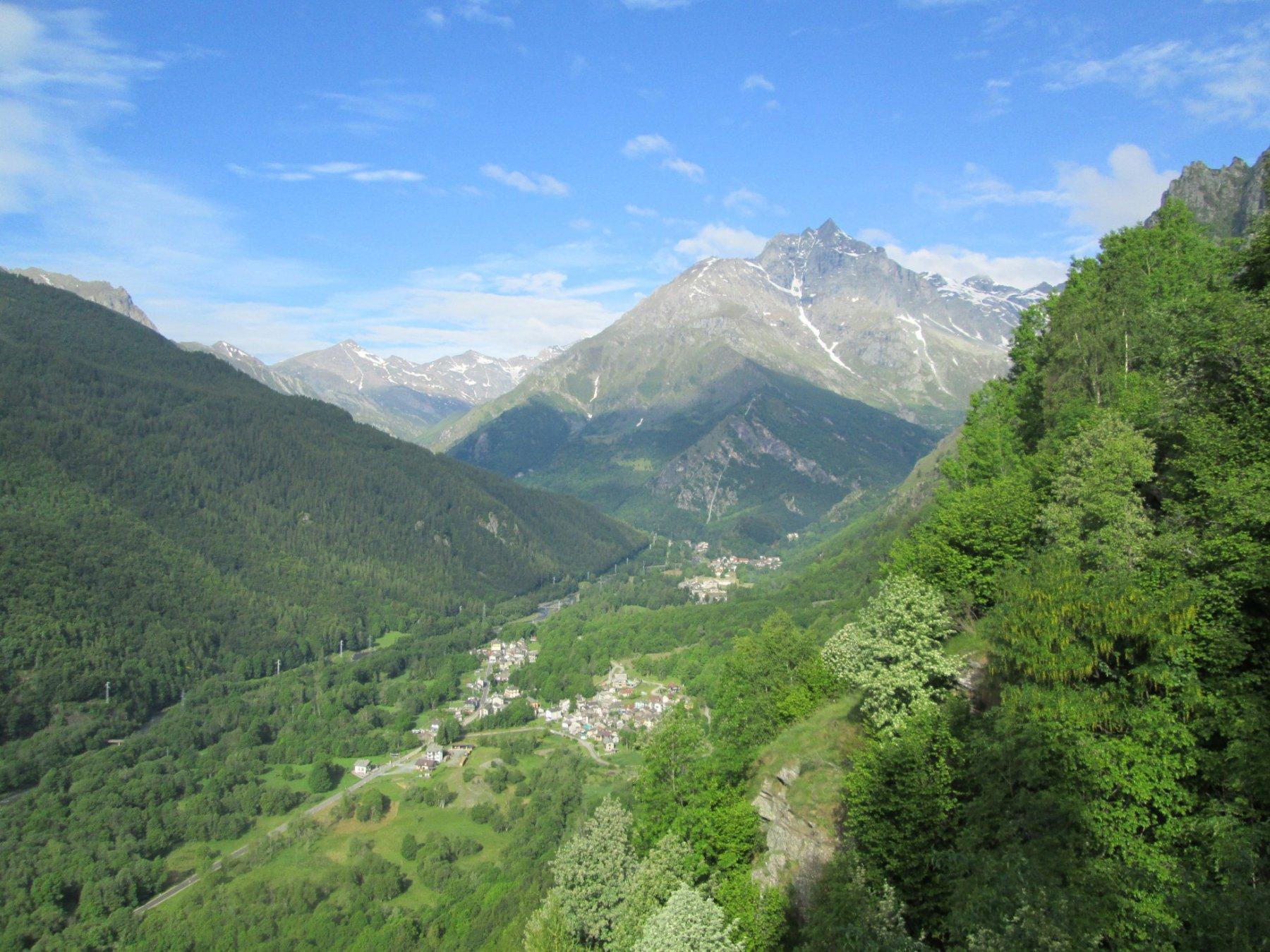 in basso Usseglio con le montagne sullo sfondo
