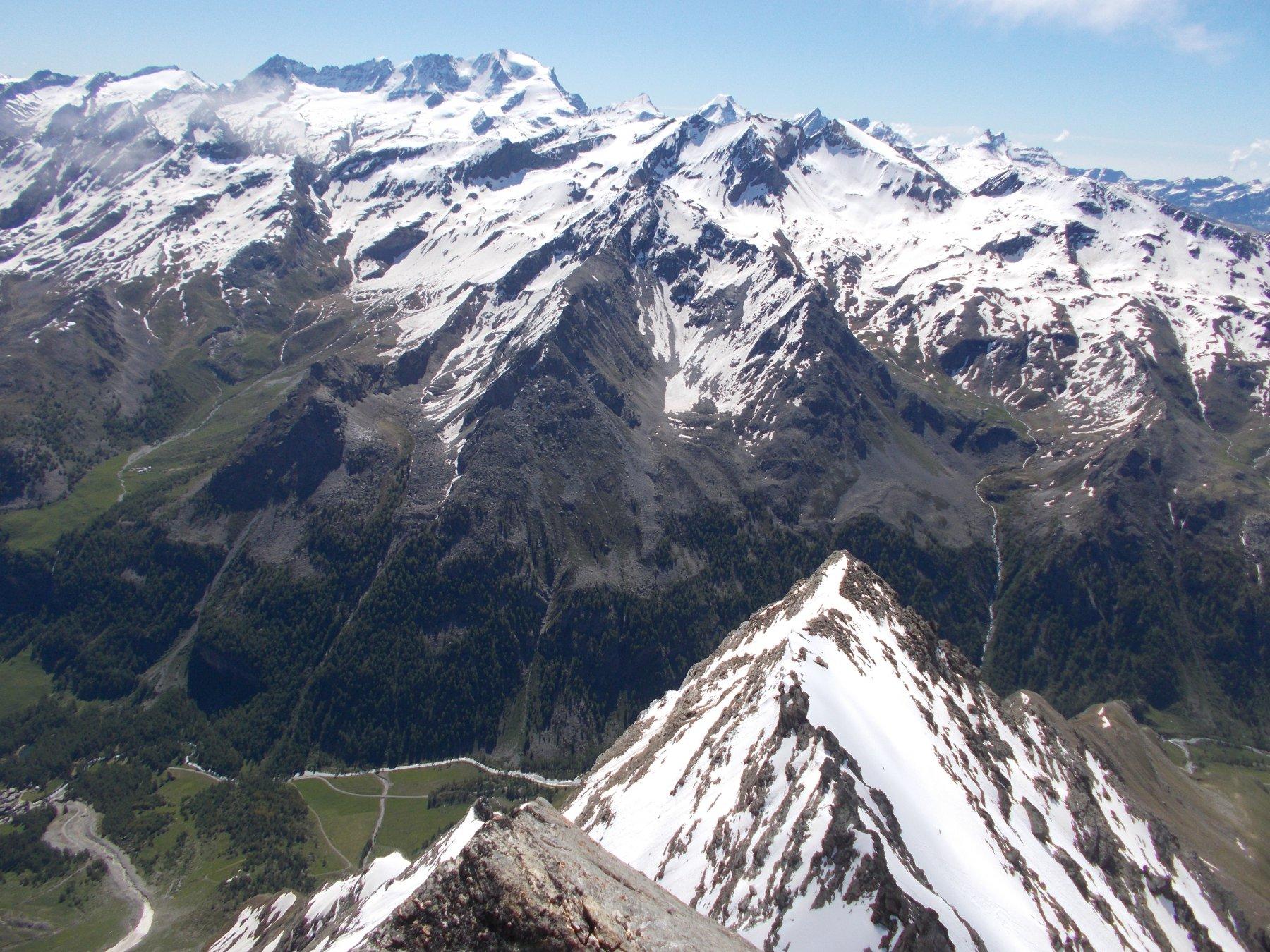 in basso il crestone est della montagna..al fondo il Grampa..