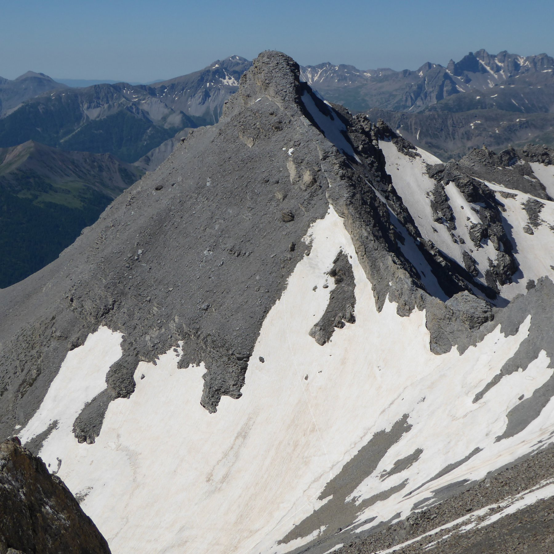 la Tre Vescovi col nevaio che copre il sentiero, vista dall'Enchastraye