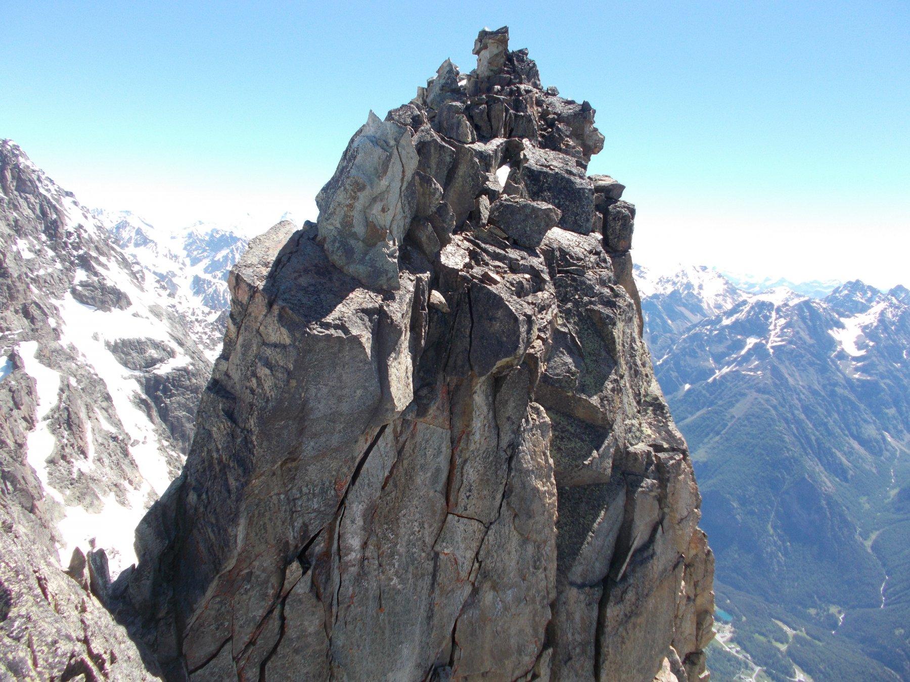 il torrione sommitale..dalla cresta a valle dell'intaglio..