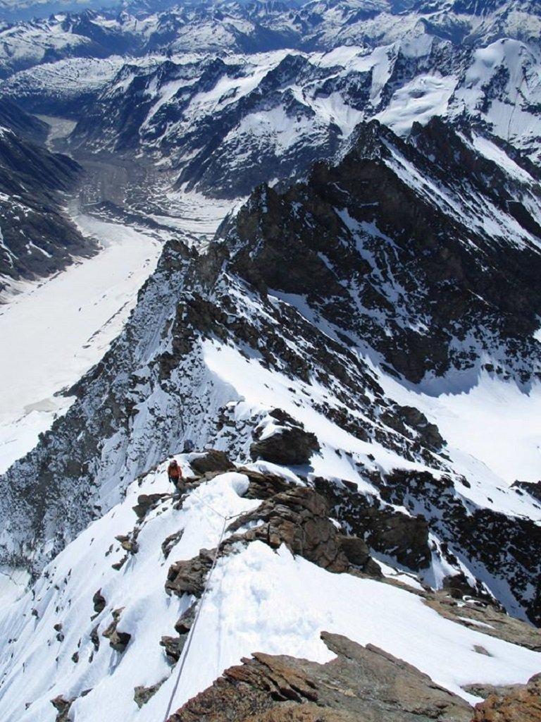 sulla cresta sommitale: a centro foto il colle 3900 m.,  in alto a sinistra la parte terminale del lago di Grimsel