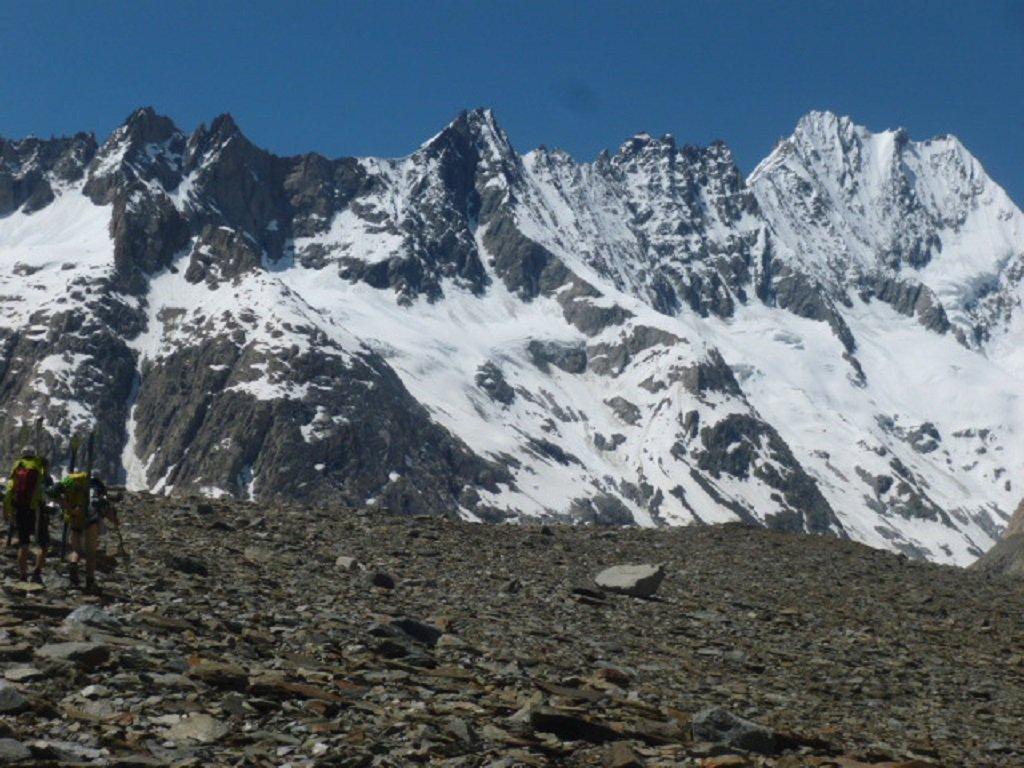 Lauteraarhorn e Schreckhorn. A sinistra la cresta sud est: a metà cresta il colle 3900 m.