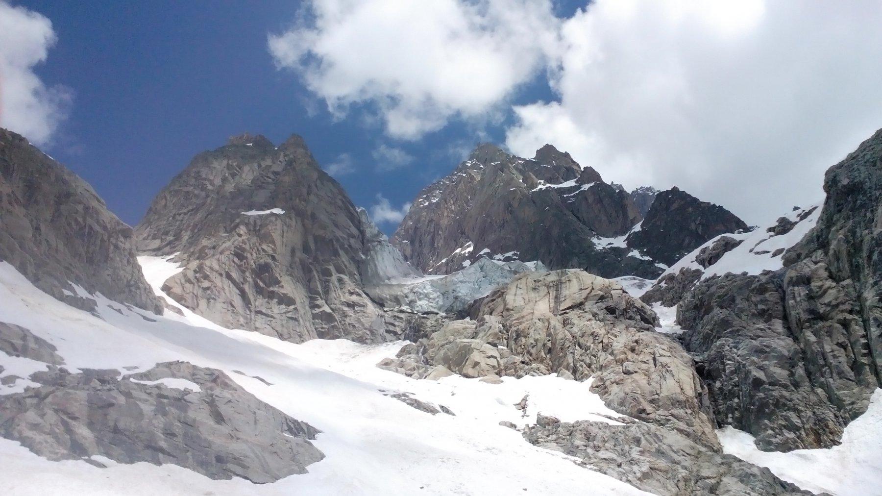 il ghiacciaio delle Grandes Jorasses, che sembra voler venire giù da un momento all'altro..