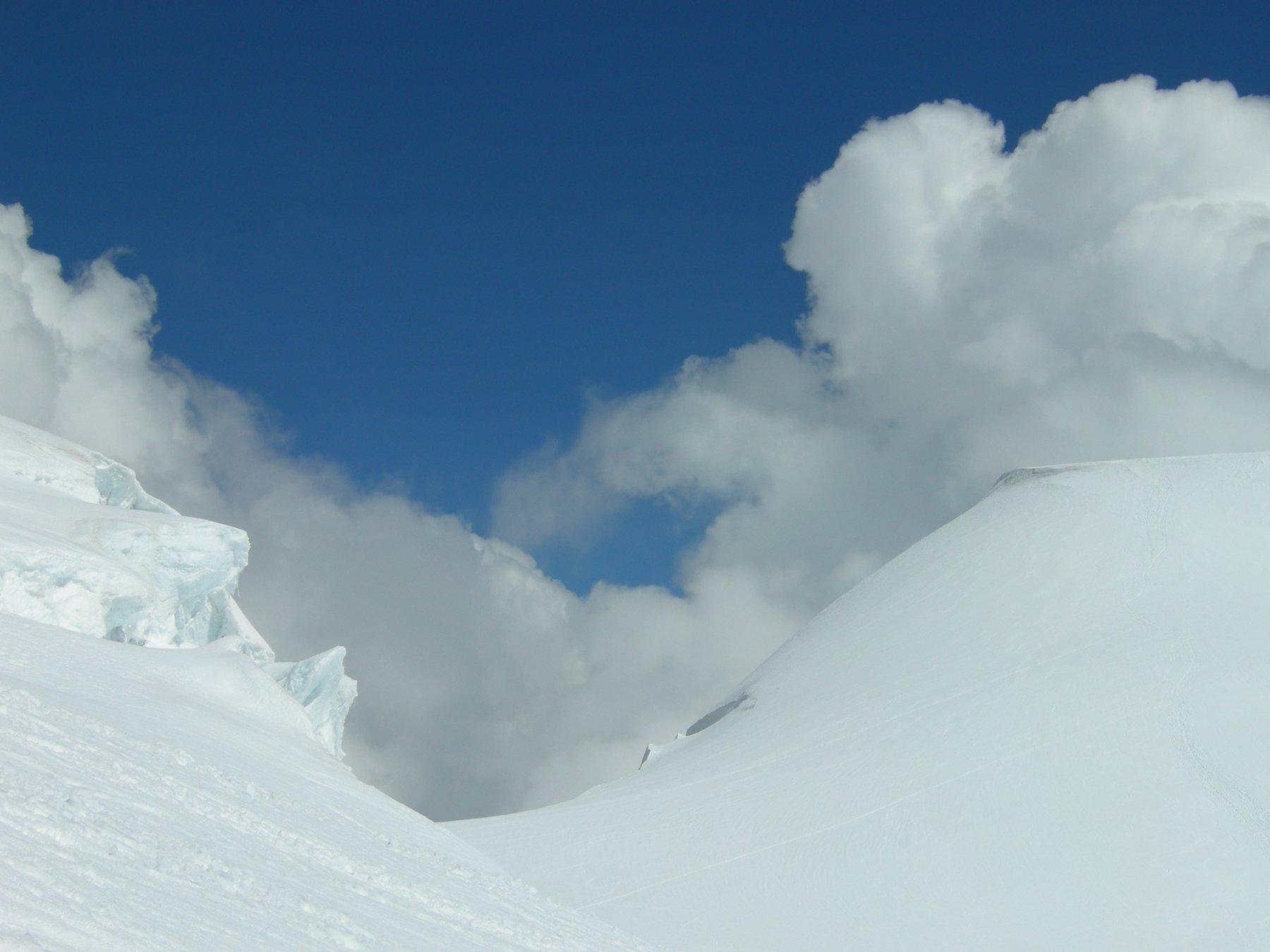 giochi di nubi e neve sulla via di ritorno