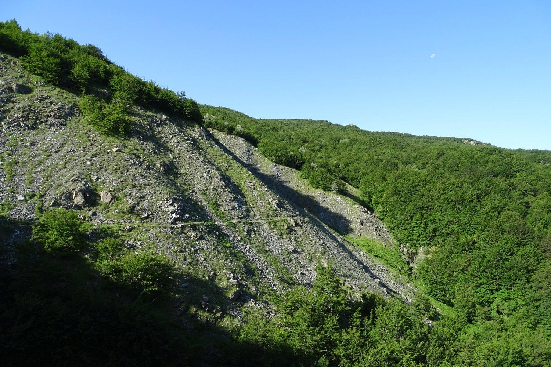 il percorso verso il Passo del Cerighetto che traversa le fiancate dell'Aiona